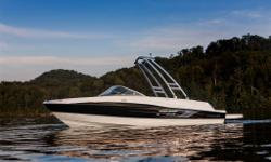 Bateau de marque Bayliner 185 Flight Séries 2014,moteur Mercruiser 4.3L de 190 HP. En option ,ensemble Fight Series Package, Tour pour sports nautiques, Graphiques édition Flight, Extention de la plateforme de baignade, Toit bimini, Radio AM-FM-MP3,